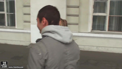 После прогулки по Питеру, русский парень имеет подругу