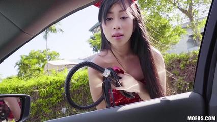 Азиатка убегает с вечеринки и трахается с первым встречным