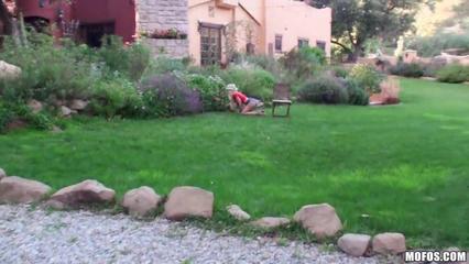 Грудастая мамка на зелёной траве сношается в мокренькую киску